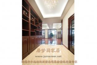 居梦园别墅豪宅装修设计展现出中式家居特有的层次感之美。全屋实木定制,使整体空间更加丰富,更有情趣格调又不显压抑。
