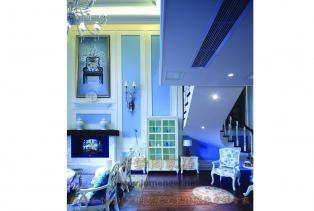 黄、蓝紫和绿:设计灵感来自南意大利和南法。南意大利向日葵的金黄和南法薰衣草的蓝紫相映,形成一种别有情调的色彩组合,十分具有自然的美..