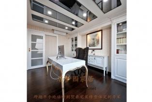 在颜色的运用上,主要采用了经典的黑色与白色,形成强烈的色彩反差,同时大量用运晶莹剔透的水晶、玻璃、镜面等材质增加房间的通透感和品质感,..