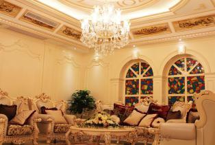 欧式客厅装修效果图,。强调线形流动的变化,色彩华丽。它在形式上以浪漫主义为基础,装修材料常用护墙板整个风格豪华、富丽,充满强烈的动..