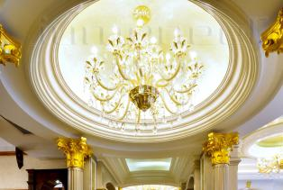 一般巴洛克风格的室内平面不会平竖直,各种墙体结构都喜欢带一些曲线,尽管房间还是方的,里面的装饰线却不是直线,二是华丽的大曲线。