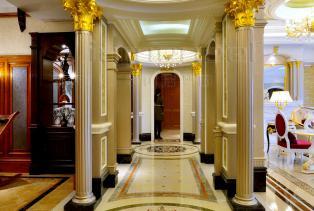 巴洛克风格玄关以及罗马柱的柱础、柱身、柱头(柱帽)三部分在室内外的表现色彩鲜艳,光影变化丰富。