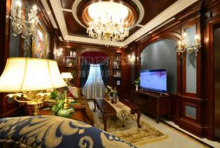 天花的木梁,平衡了客厅色彩的重量,同时也散发着一种悠闲自在的气息。曾经的理想与奋斗,拿到这里来回味或分享。