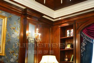 规则对称的沙发背景墙,简雅而质朴,色彩明艳的风景画,使得气氛高贵而平和。天花的轻柔的线条,如一缕清风,吹过不留痕迹。