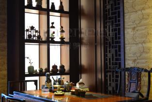 新中式装修并不是传统文化的复古装修,而是在现代的装修风格中融入古典元素。通过提取传统家居的精华元素和生活符号进行合理的搭配、布局,..